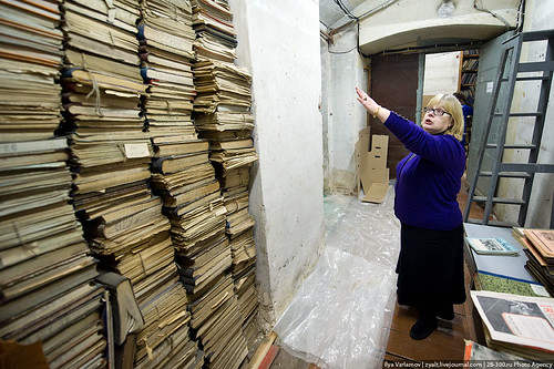 Woman shows hidden books | by varlamov