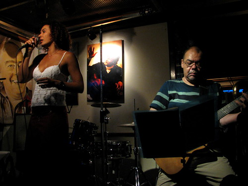 Andrea Montezuma en Vinicius Bar