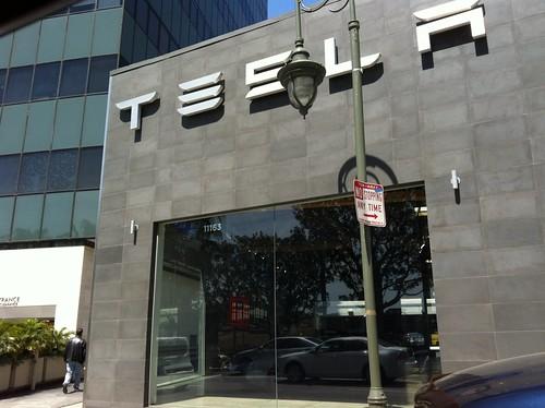 Ante la sede de #TESLA en Santa Mónica, California.