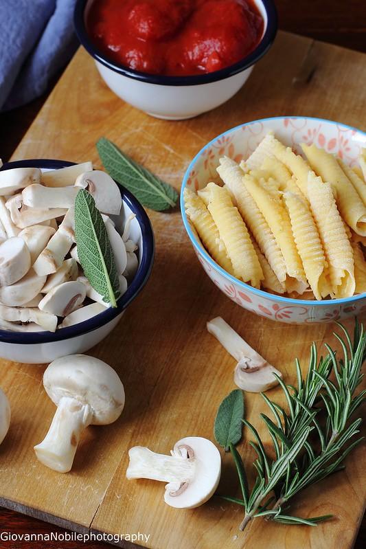 Ricetta dei garganelli all'uovo con sugo di pomodori e funghi champignon