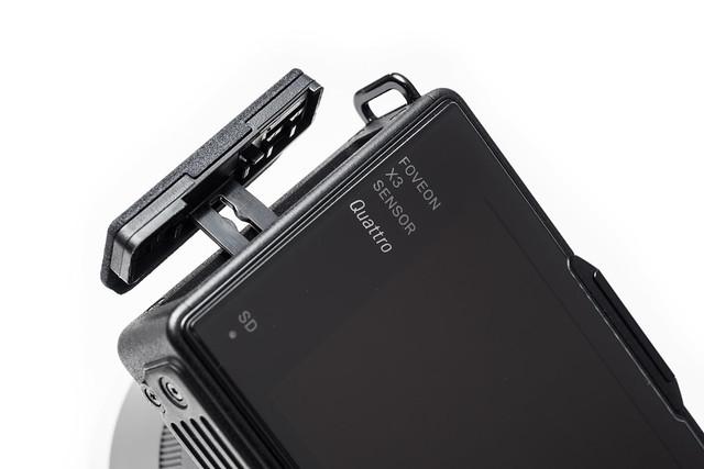 20160620_09_SIGMA dp Quattro用カード/USBカバーオープナー
