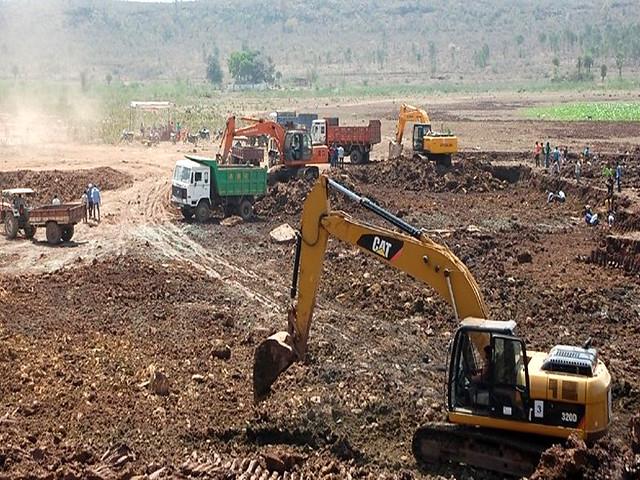 समाज और प्रशासन के मदद से बनेडिया तालाब का गहरीकरण और खेतों में मिट्टी समतल करते किसान