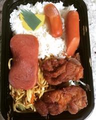 ohana bento(shoyu hot dog, shoyu spam, mochiko chicken, fried noodles, rice, takuan)❤︎  #taniokas #bento #hawaii #mochikochicken #friednoodles #shoyuhotdog #shoyuspam