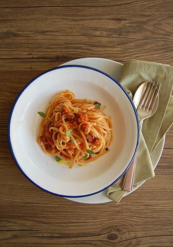 Linguine with chorizo tomato sauce / Linguine com molho de tomate e chorizo