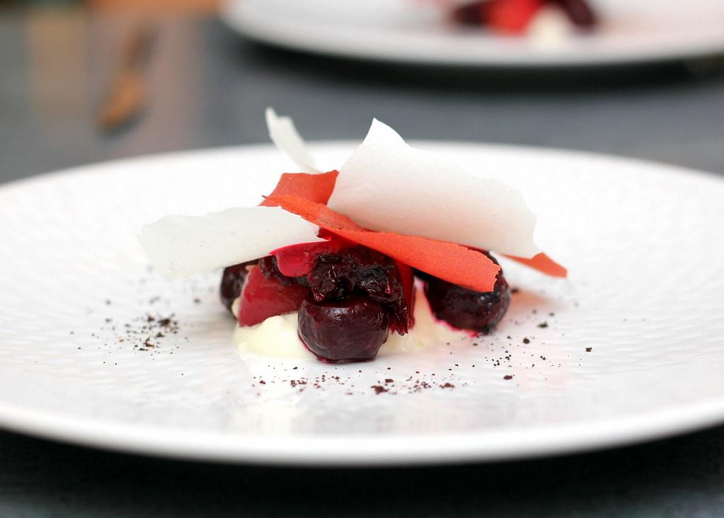 白草餐厅慢烤甜菜根和熏鳗鱼沙拉
