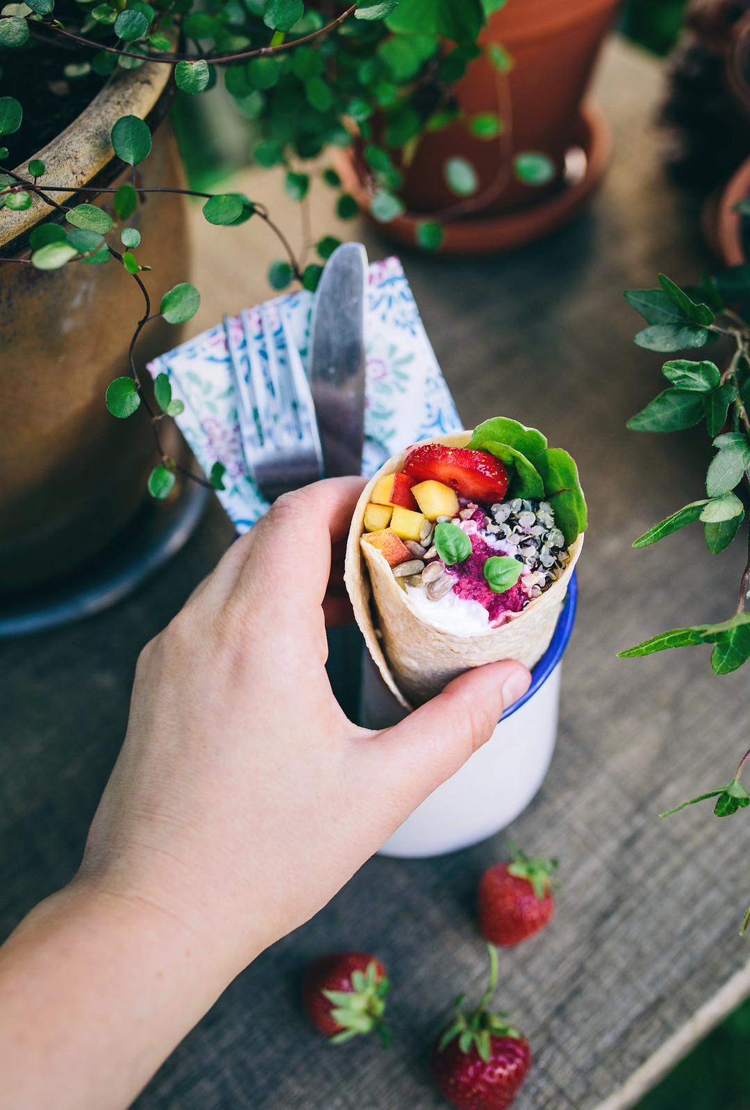 Vegetarisk wrap med Rödbetshummus, Fetaoströra, Nektarin, Quinoa & Jordgubbar - Evelinas Ekologiska