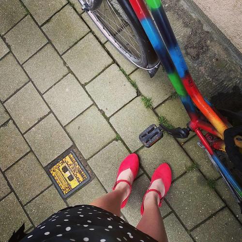 voor overwinningen op mezelf: terug met de fiets én voor het eerst met een kleedje! #countyourblessings #coloryourlife #regenboogros #redshoes