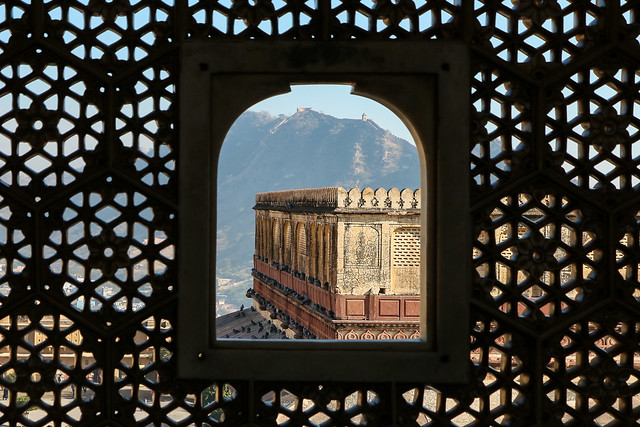 Openwork window with geometric design in Amber Fort, Jaipur, India ジャイプール、アンベール城の幾何学模様の透かし彫り窓