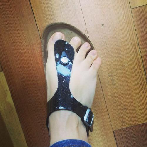 Mijn breed uitwaaierende tenen. Het bewijs. #birkenstocks #magicblack