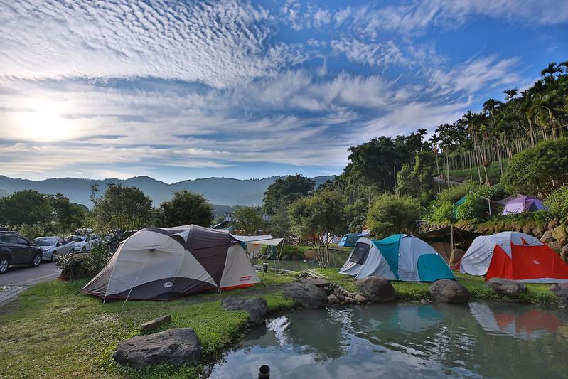 湖邊的帳篷