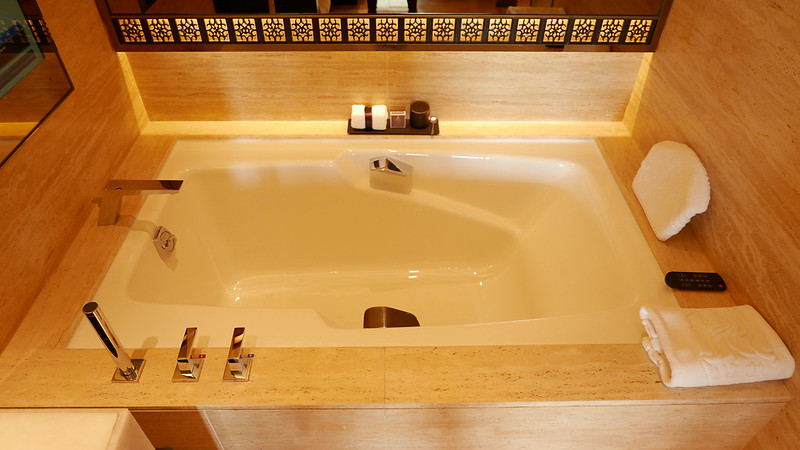 28056768845 65b3e29540 c - REVIEW - Ritz Carlton Hong Kong (Deluxe Harbour View Room)