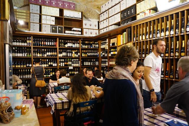 Oasi della Birran sisätiloja peittävät viini- ja oluthyllyt