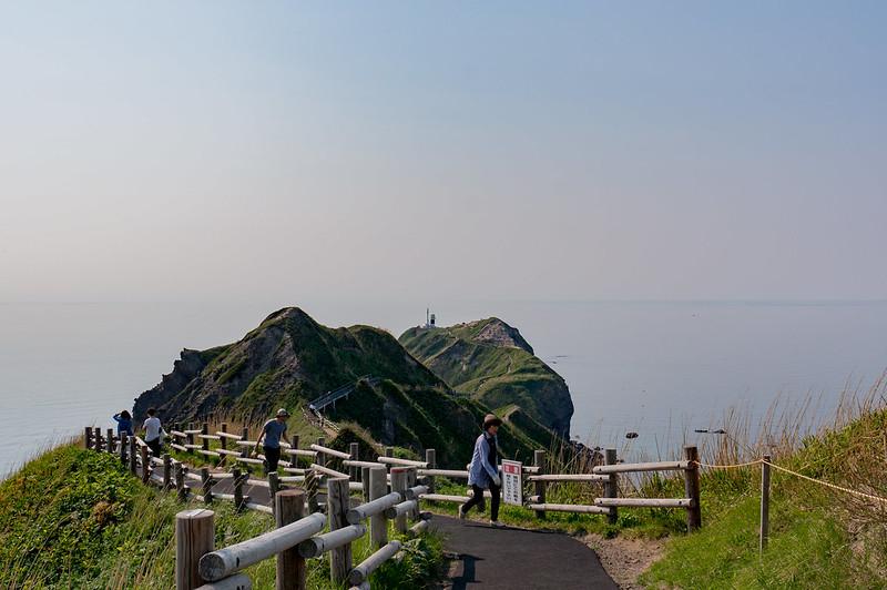 神威岬、女人禁制の門から岬方面を望む