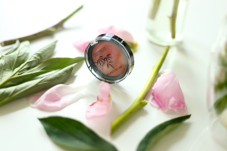 Catrice Zensibility Bouncy Blush Moment CaptuRED, catrice, catrice zensibility, catrice zensibility review, catrice zensibility swatches, fashionblogger, beautyblog, fashion is a party, rode lipstick, blush, cream blush, roodbruine blush, catrice bouncy blush