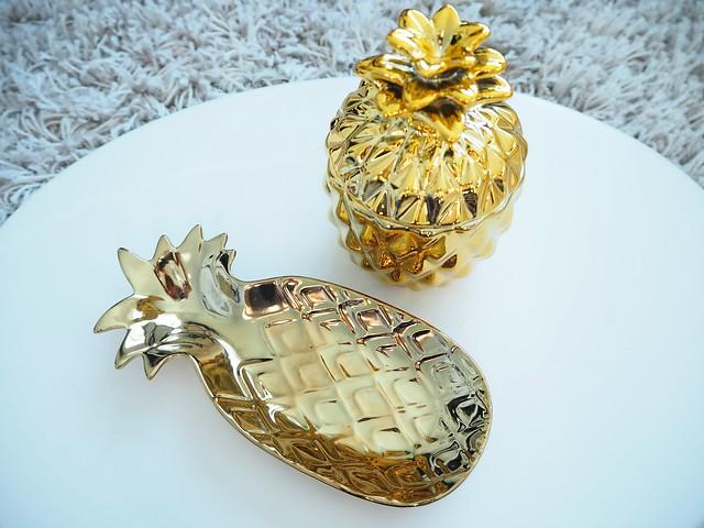 goldenpineapplehomedetailsP2278338,goldpineappledetailsP2278331, gold details, kultaiset yksityiskohdat, home, koti, sisustus, interior, home interior, design, h&m home, shopping, ostokset, kulta, gold, golden pineapples, gold, ananas, kulta, kultainen, tarjoiluvati, kynttilä, candle, interior design, interior shopping, sisustus ostokset, home decor, gold interior details, yksityiskohdat, kotona,pineapple platter, kynttilä,