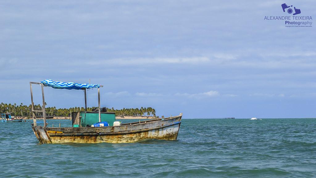 Barco de Pesca em praia de Paripueira, Alagoas.