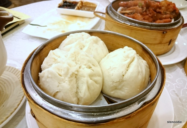 Steamed chicken bun with ginger juice