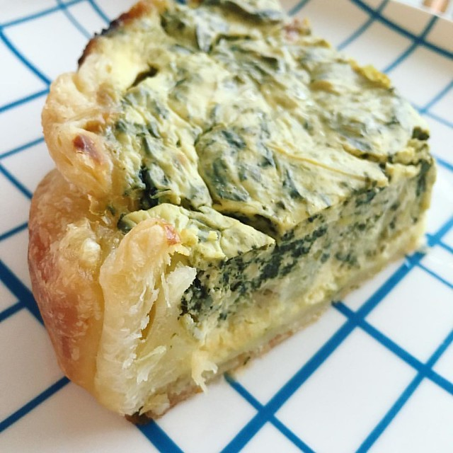 Spinach artichoke dip quiche with a flaky crust. #quiche #spinach #artichoke #spinachartichokedip #eggs #vegetarian #food #foodstagram