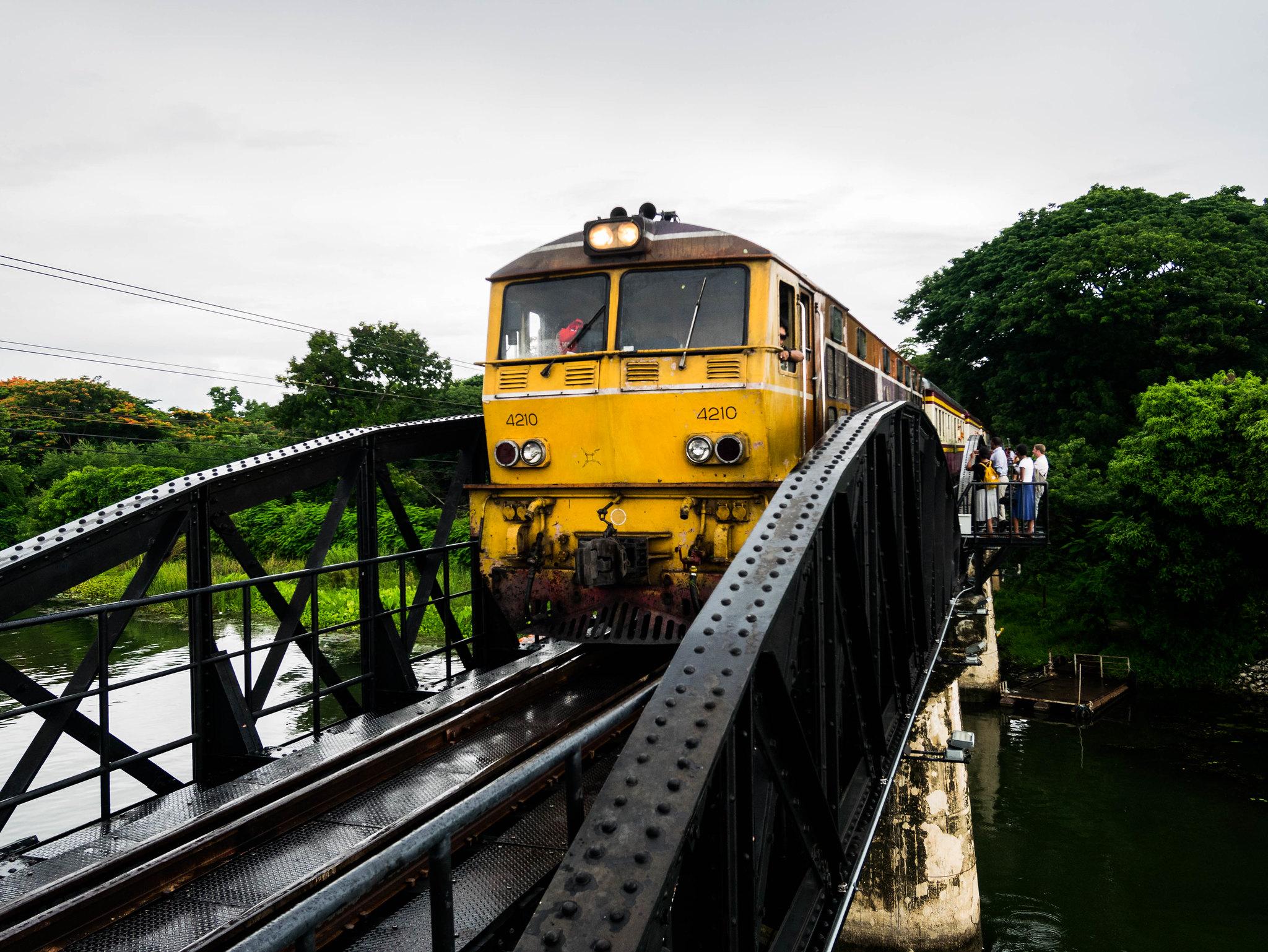 Train on river Kwaï bridge