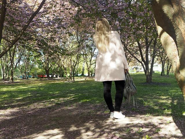 candygirlcherrytreeparkP5124953,candygirloutfitP5124939, candy girl, pink, light pink, vaaleanpunainen, takki, pink coat, japanese style garden, japanilaistyylinen puutarha, roihuvuori, helsinki, suomi, finland, asukuvat, outfit pictures, muoti, fashion, cherry trees, kirsikankukkapuut, kirsikkapuut, kukat, flowers, blossom, pastellin värinen, pastel color, cherry park, kirsikka puisto, kiriskankukka puut, pink jacket, may, toukokuu, spring, kevät, valkoiset tennarit, lenkkarit, nike, nike air force 1, harmaa laukku, gray bag, balenciaga, vaaleat pitkät hiukset, blond long hair,