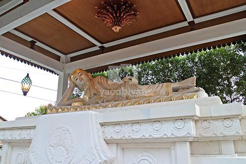 Arca Buddha Berbaring