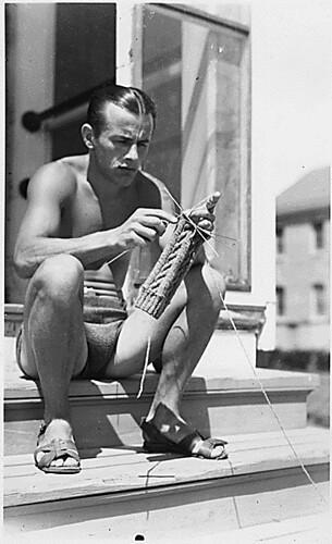 мужчина вяжет носок