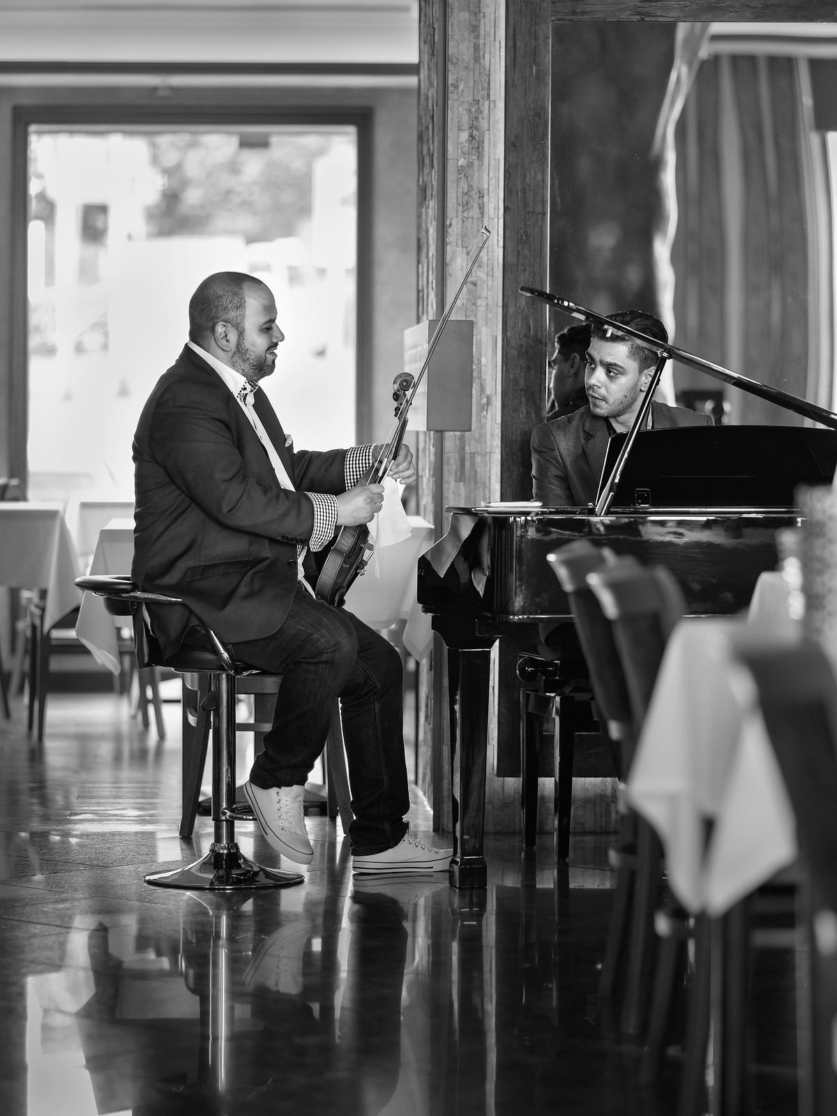 645Z:餐廳內的伴奏…