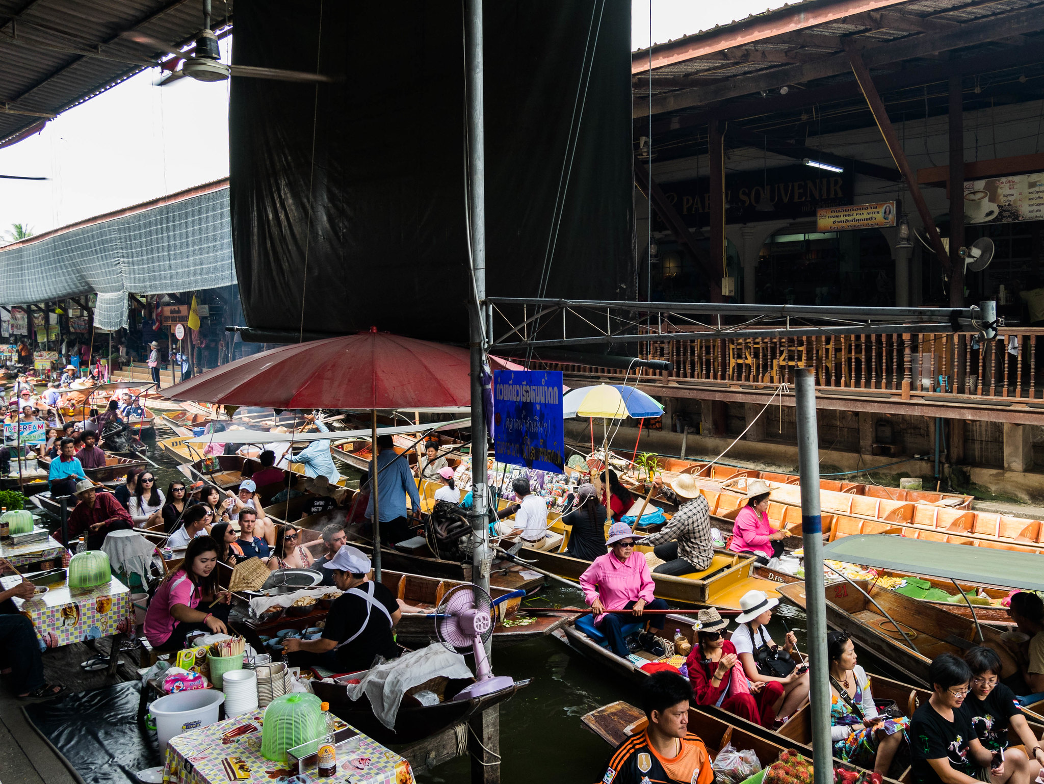 Floating market in Damnoen Saduak