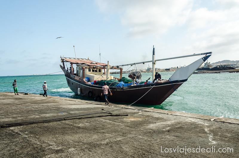 dhow en el puerto de la isla Masirah