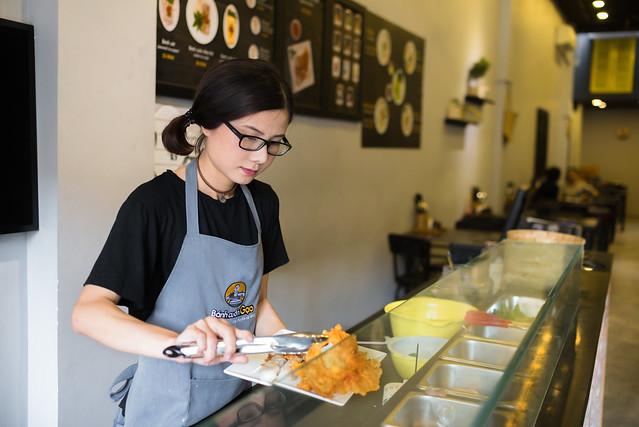 Alumni Dang Ngoc Trinh prepares food for costumers