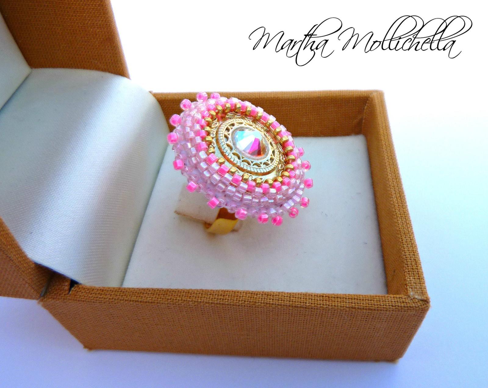 anello ricamato a mano con cabochon centrale in metallo galvanizzato color oro, strass Swarovski  e perline di precisione giapponesi by Martha Mollichella