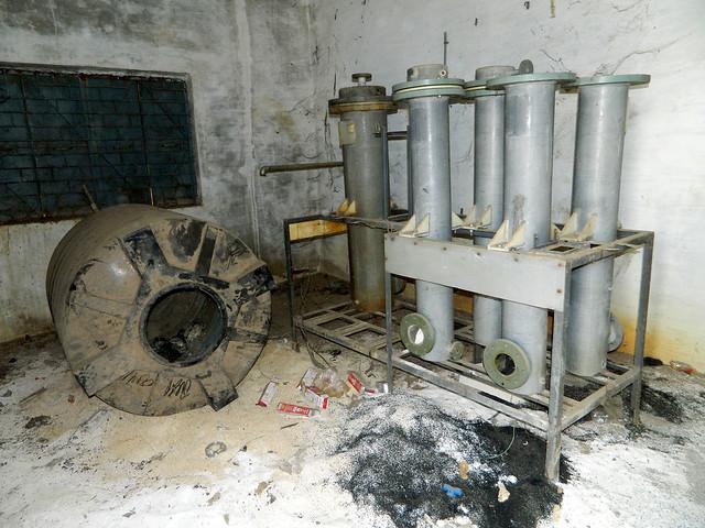 नीरी द्वारा लगाए गए लाखों के संयंत्र जिससे लोगों को कभी लाभ नहीं हुआ आज कबाड़ में तब्दील है