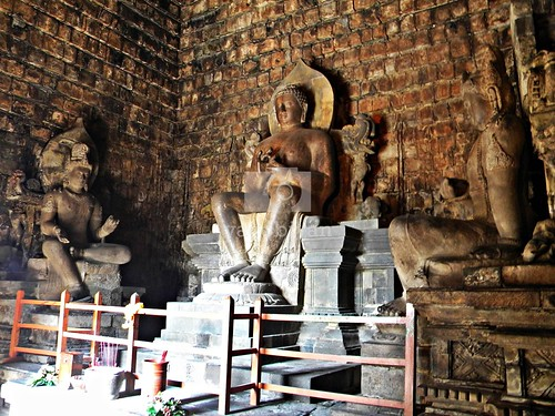 Arca Buddha di Dalam Candi Mendut