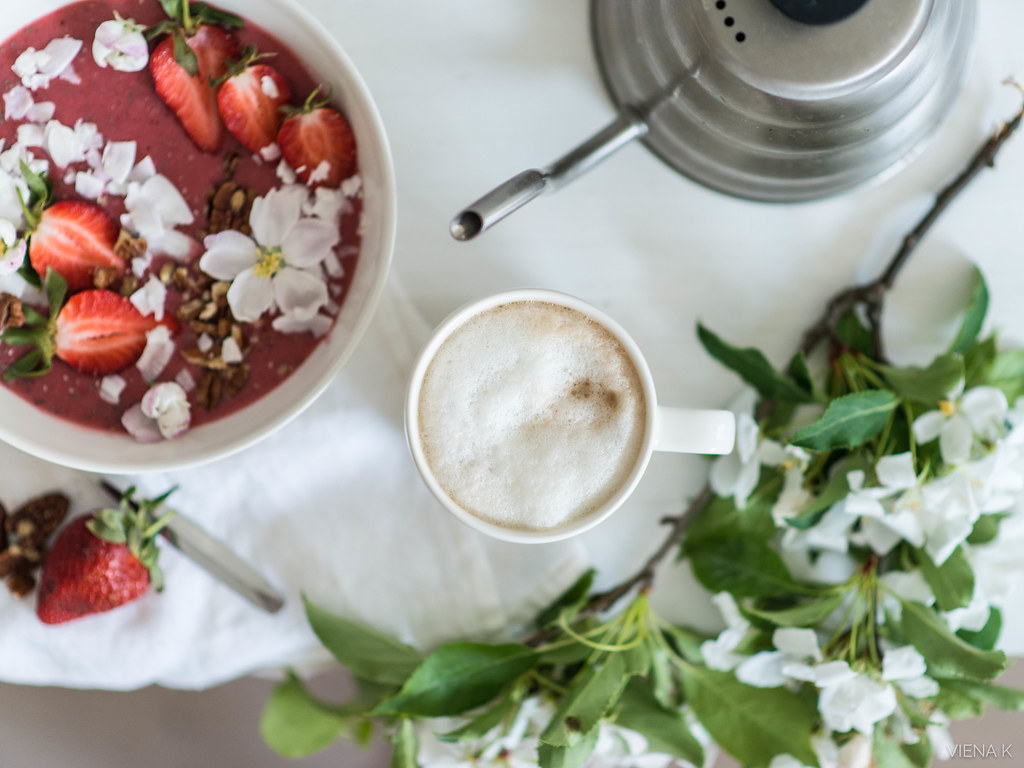 mansikka smoothie bowl