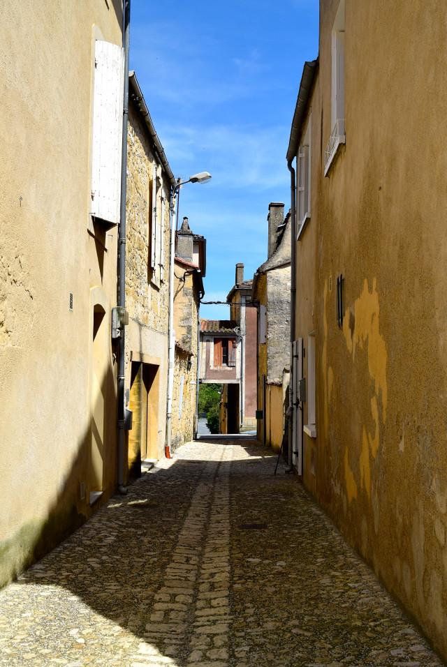 Alleys of Beaument-du-Perigod | www.rachelphipps.com @rachelphipps