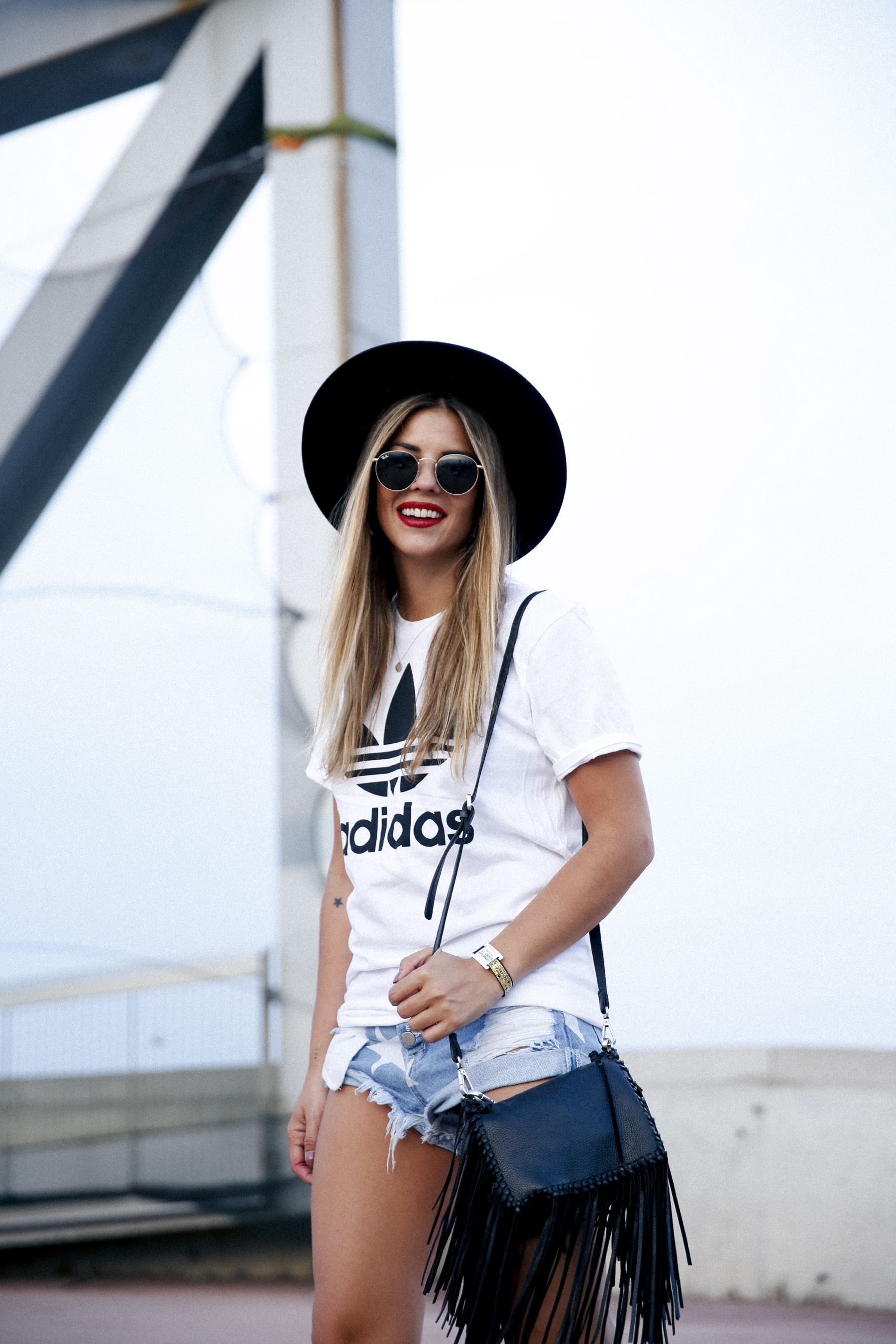 outfit look primavera spring street style trendy taste inspiration jeans shorts festival denim sombrero hat fringes leather boots ankle botines cuero flecos rayban chloe asos adidas primavera sound_5
