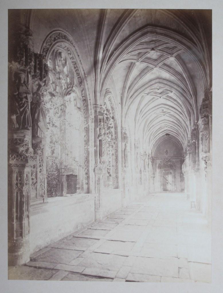 Claustro de San Juan de los Reyes en Toledo hacia 1880. Fotografía de Léon Lemuet.