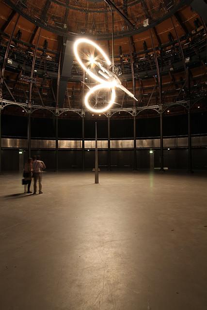 コンラッド・ショウクロス|《タイムピース》|2013年|アルミニウム、鉄、機械、ライト|サイズ可変|展示風景:ラウンドハウス、ロンドン