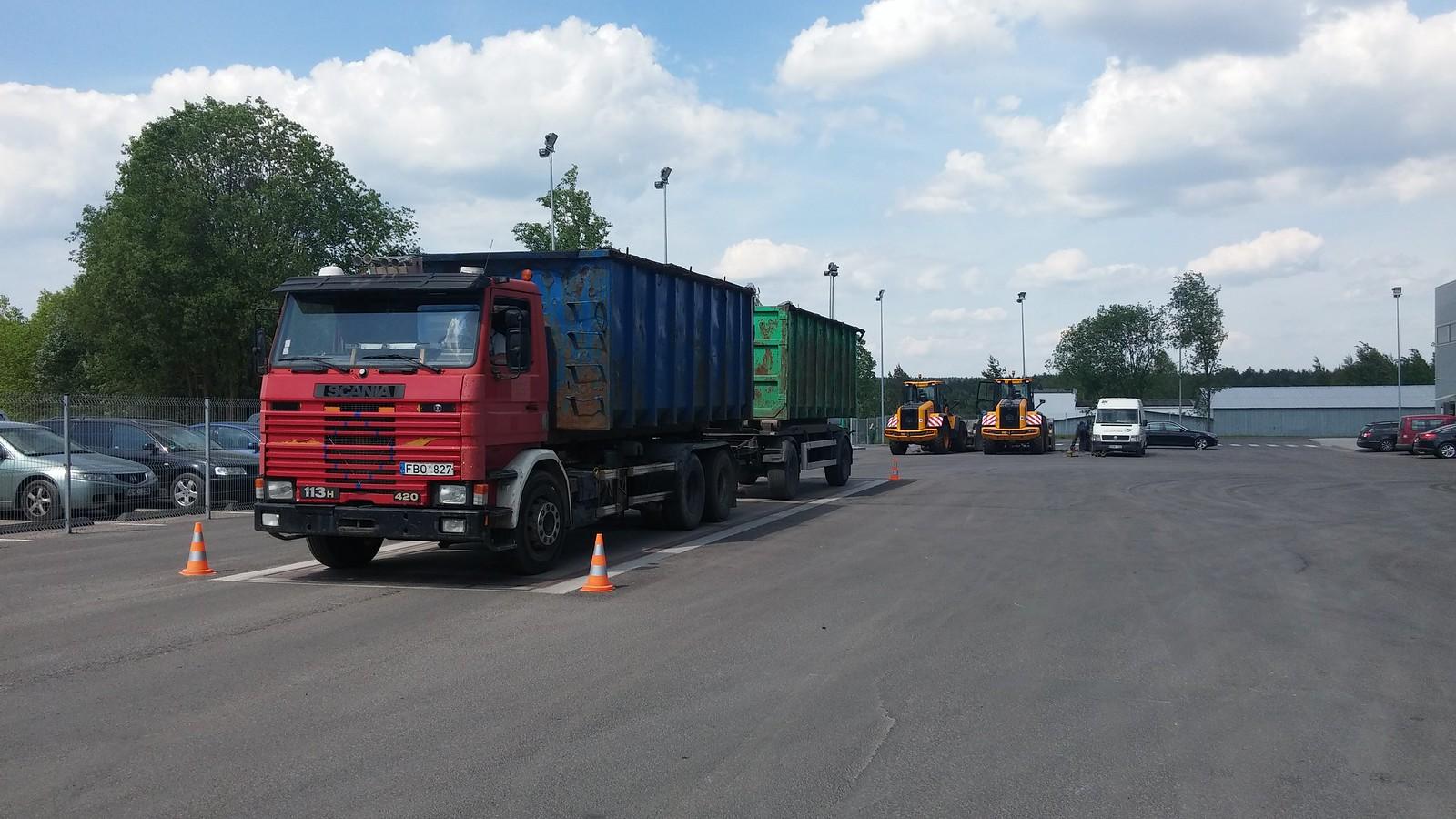 Čia dar į ilgio limitus telpantis šiukšlių sunkvežimis.