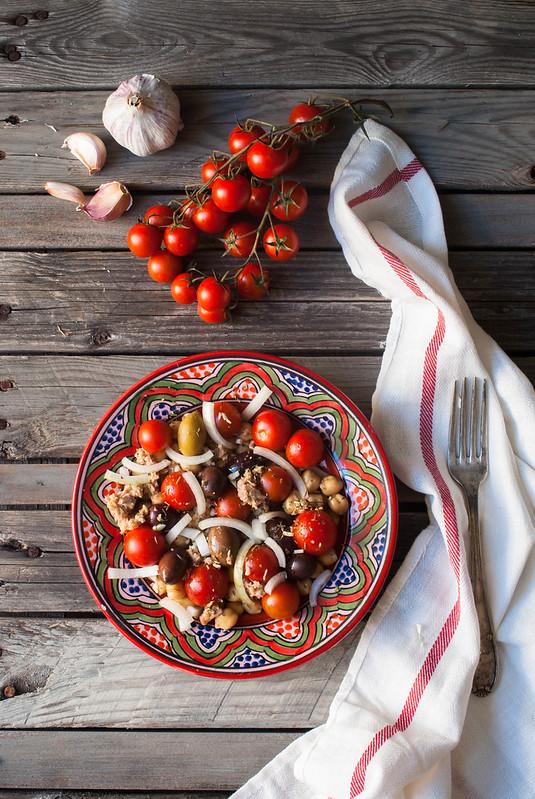 Ensalada de garbanzos, tomates cherri y aceitunas