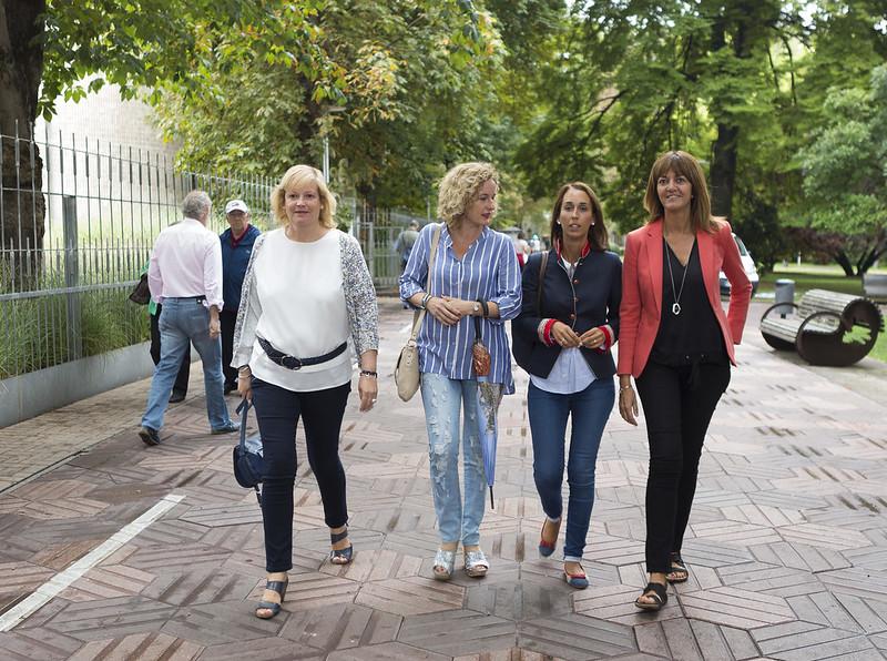 Idoia Mendia, Susana Corcuera y Natalia Rojo firman los compromisos socialistas.