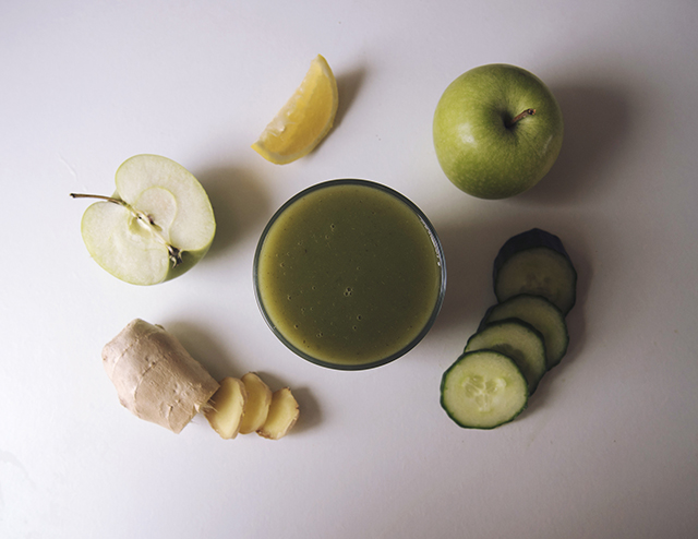 fresh healthy spinach apple cucumber ginger green juice recipe