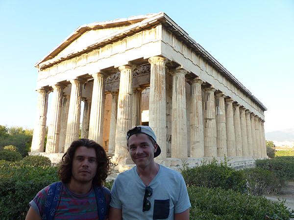 les garçons devant le temple d'hephaistos