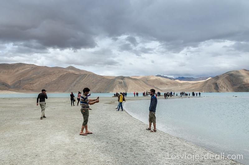haciéndose fotos en el lago pangong