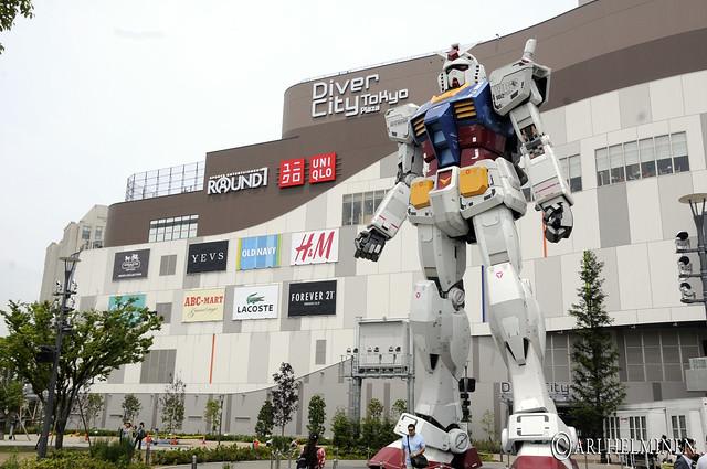 Gundam robot statue in Odaiba