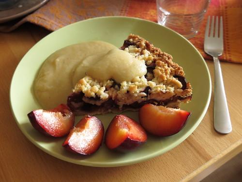 Pflaumenkuchen (von Coppenrath) mit Butterscotchsauce und frischen Pflaumen