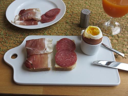 Schinken und Salami auf Toast zum Frühstücksei