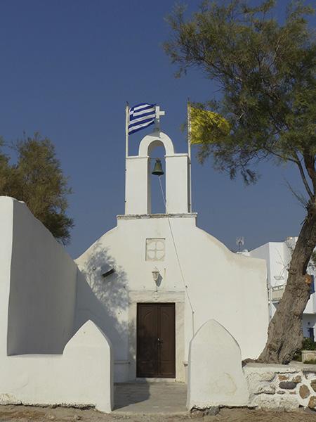 petite église au bord de  l'eau