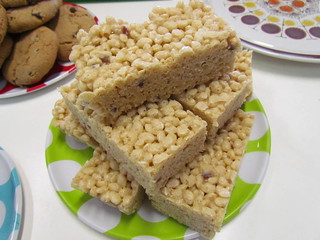 Macadamia and White Chocolate Crispy Treats (with Strawberry)