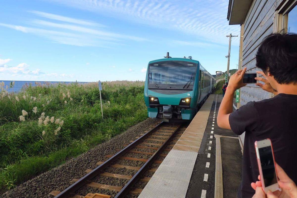 やってきた電車をみんな必死に撮影